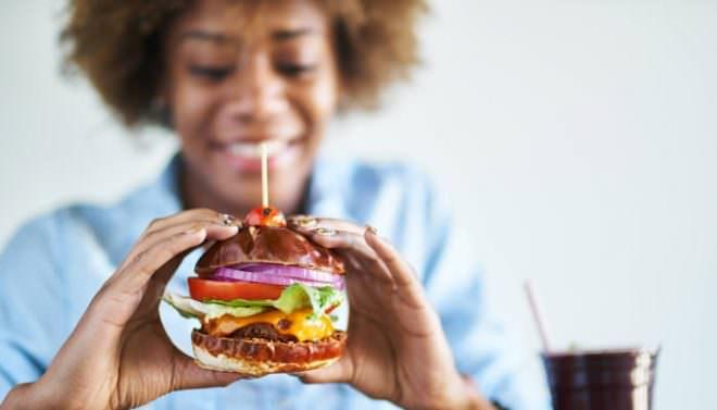 Frau mit veganem Burger
